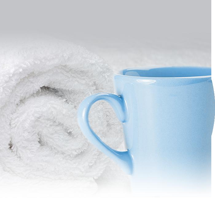 Darstellung einer blauen Tasse mit weißem Handtuch als Sinnbild für den Komfort und die Wahrung der Intimsphäre bei Endoskopien in den Praxis für Gastroenterologie Dr. Rösler in Bayreuth